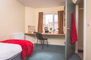 Ensuite room in 5 bedroom apartment
